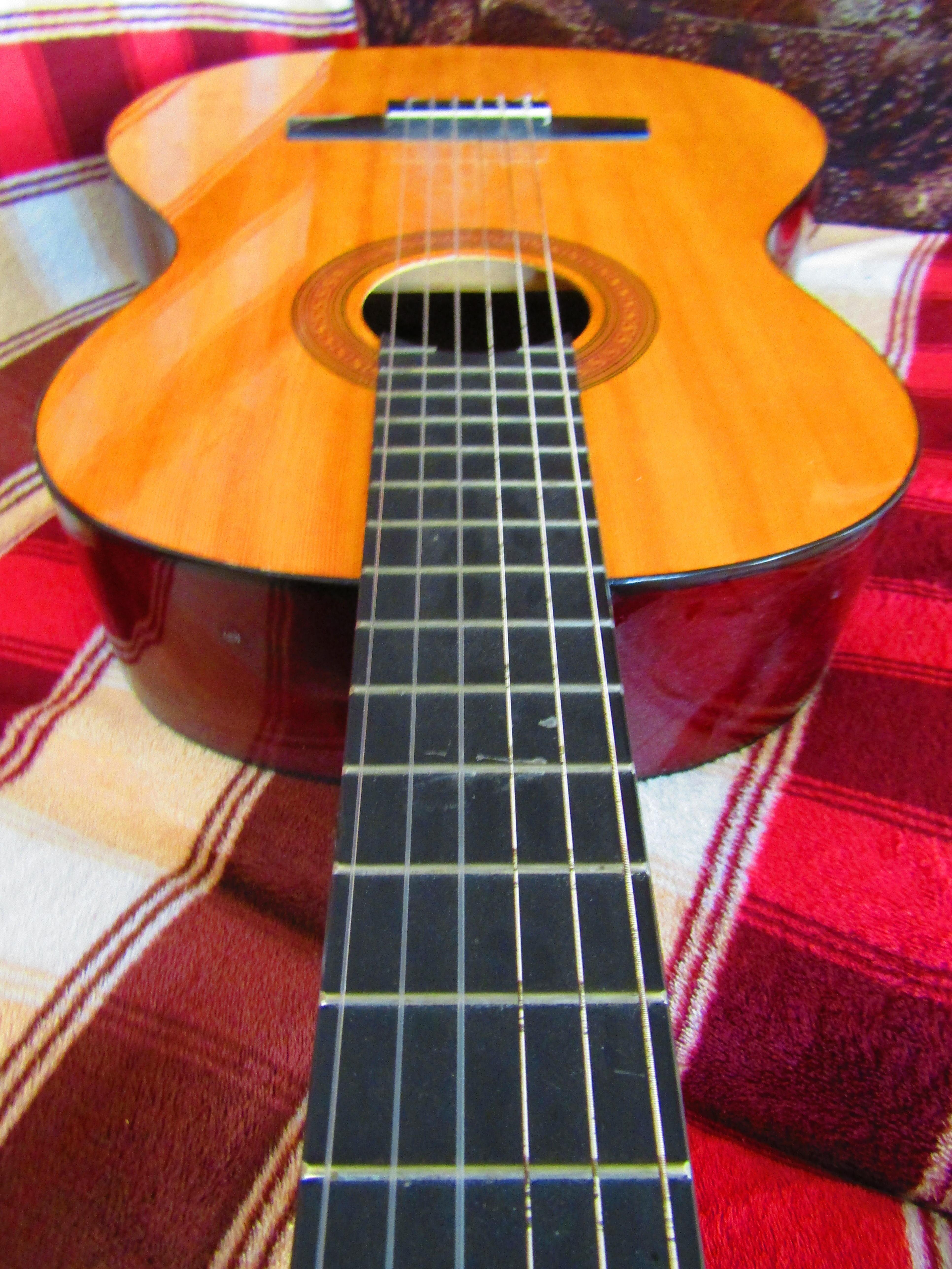 декор из гитары и плинтсов